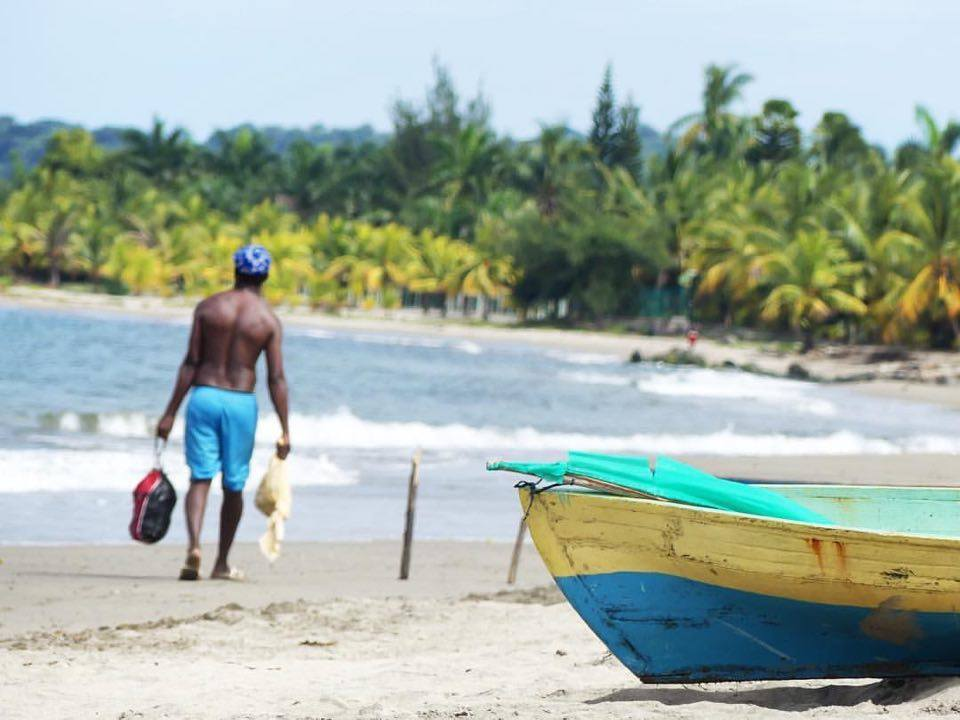 Vista de la playa frente a Coco Cabñas Tela